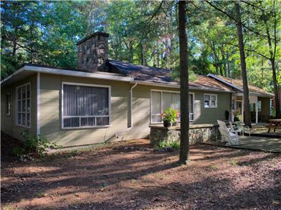Grand Bend Cottage: Beach O' Pines Beauty: Across from the Beach in Beach'O'Pines