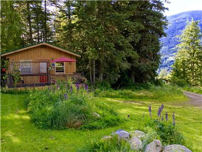 Pet Friendly Cozy Quiet Cottage for Two in the Kootenay Rockies close to Nelson (NO FEES)