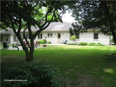 5+Acre Lake Front Cottage+Bunkie, SatTv, Central Air, Bayfield/Grand Bend,