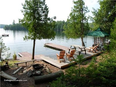 Moosewood Point- Crystal Clear Water, 2.8hrs to Toronto, Pool Table, Fishing, Private, 6 ADULTS MAX.