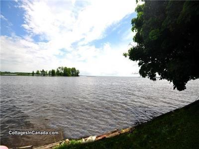 Ramara Lake Simcoe, Waterfront Cottage! Only 1 hr from GTA & 25 mins from Casino Rama!