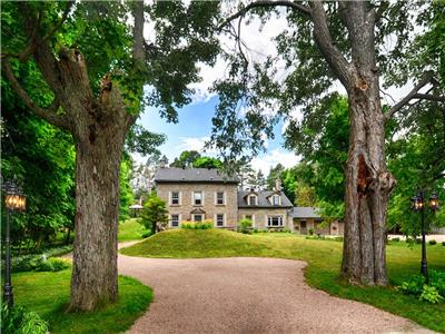 THE OLD MILL MANOR: Waterfront,hot tub,salt waterpool,kayak,fish,canoe,hike,golf,30minutes to Ottawa
