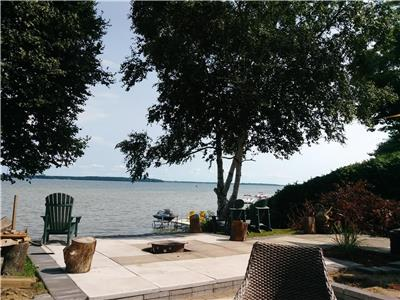 The Lakeside Beach House - Orillia waterfront on Couchiching Lake