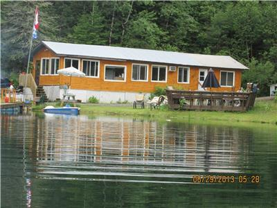 Quiet Lakefront Cottage in Cawood, QC