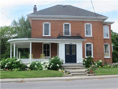 House sleeps 10 on Main Street Bloomfield.  Walk to restaurnants, 5 min drive to beach and wineries.