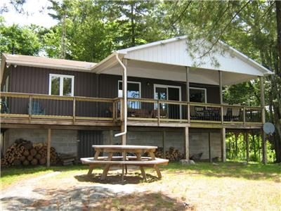 Coe's Comfy Cottage - F214 on Ahmic Lake near Magnetawan