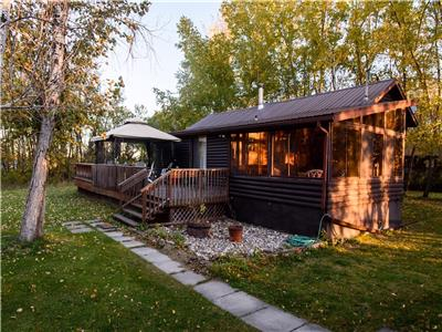 Waterfront cottage, Lac du Bonnet, large rustic cabin, fishing, boating, horseback riding, & golf