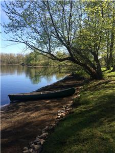 Preppy beach style cottage, 200 feet of child/senior-friendly sandy lakefront on Shadow Lake