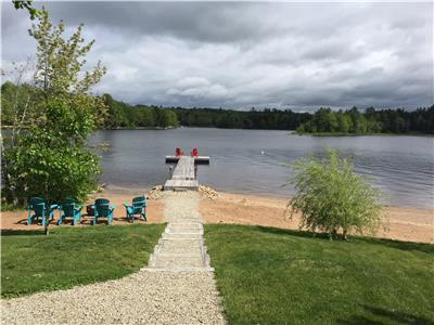 Falls Lake Beautiful Lakefront Year Round Cottage - Minutes from Ski Martock