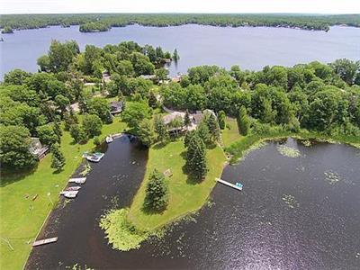 Little Lake Haven: Waterfront Cottage with firepit and huge lot!
