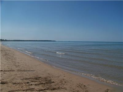 Peaceful Pines Cottage - Ipperwash Beach Ontario - June to Sept Only