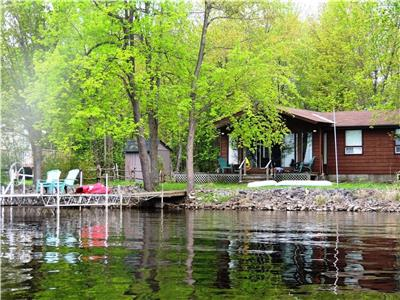 Lanark Lake House  - 3 Bedroom Waterfront Retreat 60 mins from Ottawa! Spring Weekends/Fall avail.