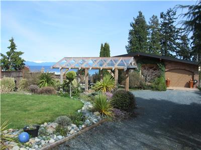 Luxurious 5 bed, 4 bath family home located right on Parksville Bay Beach Available for Summer 2017