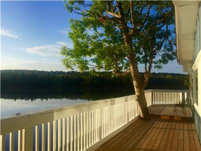 Lakefront Cottage 240 ft, 6 bedr, 3 bath, boathouse/launch, 4 car garage, Kawarthas Trent Waterway