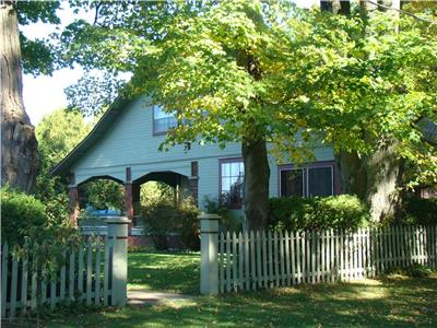Bayfield heritage cottage: charm galore, covered veranda, BEAUTIFUL WATER VIEWS, STEPS TO BEACH!