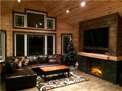 NEW LUXURY COTTAGE ON LEE RIVER, LAC DU BONNET, ***HOT TUB***SAUNA***1600sqft