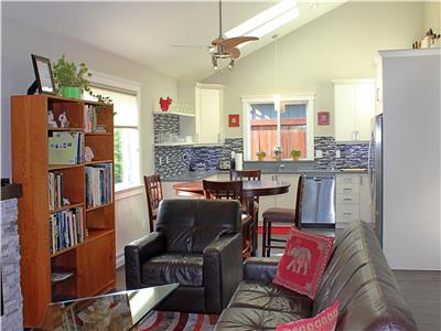 Like New Family & Dog Friendly Guest House in the Heart of Parksville