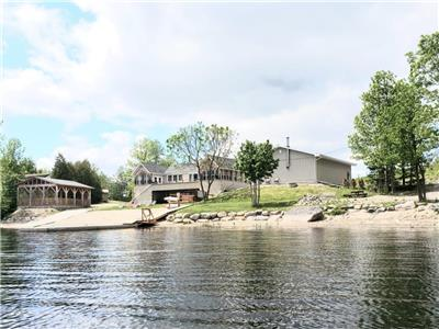 FRENCH RIVER 4 BDR WATERFRONT COTTAGE WITH HOT TUB