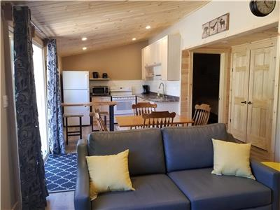 BEAUTIFULLY RENOVATED luxurious 2-Bdrm Cottage in Algonquin Highlands!