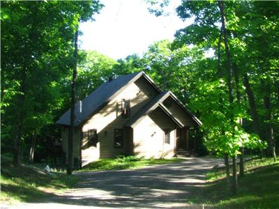 Mont Cascades Cottage in Gatineau Hills, Outaouais (25 min to Ottawa): swim, hike, golf, ski, skate