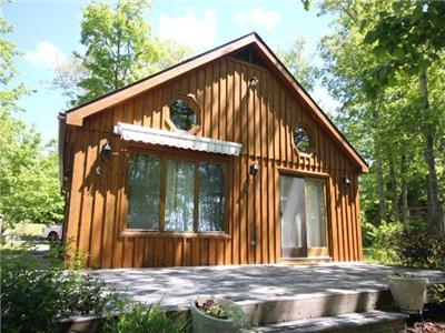Steps to the lake! Waterfront 2 bedroom cottage on beautiful Falls Lake, 40 minutes from Halifax