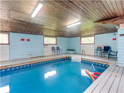 SkiChalet, indoor heated pool & Sauna walking distance to the Blue Mountain village
