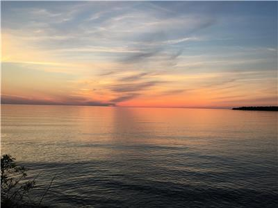 Bonnie View-Inverhuron 2 bedroom Lake front cottage with amazing Lake Huron sunsets!