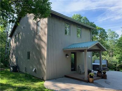 Calabogie year round home with water/boat/beach access to Calabogie Lake less than 1km away