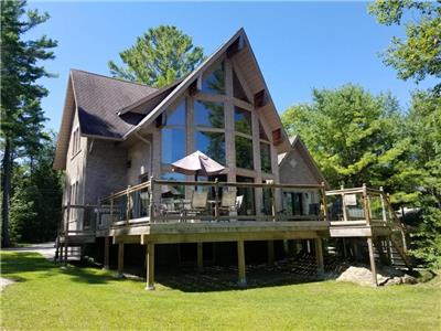 Honey Harbour Luxurious Waterfront Cottage with WIFI / KAYAK / SAUNA /  ALL SEASONS ROAD ACCESSIBLE.