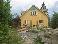 Firefly Mountain View Chalet. Next to Mont Cascdes Water Park. Sleeps 8-10. Hot tub on Deck.