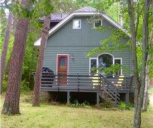 LAKE OF BAYS COTTAGE ~Wood-burning Fireplace, WiFi, Satellite, Fire-Pit, Minutes to Algonquin Park