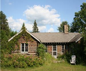 STORYBOOK LOG COTTAGE on LOVELY LARSON LAKE in the middle of THOUSAND ACRE WOODS