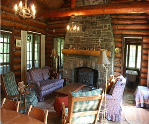 Private 130 acre Larson Lake. Lovely Rustic Storeybook Log Cabin, Modern Conveniences. Private beach