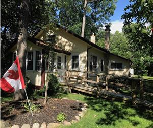 Woodward Cottage! Large Lot in central Grand Bend!
