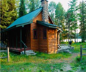 THE LOON CALL: FABULOUS LAKEFRONT FAMILY COTTAGE w/ bbq, canoe, kayak, aerial mat & essentials!